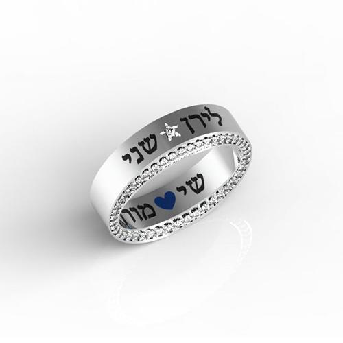 טבעות שמות-חריטה על טבעת זהב לבן משובצת יהלומים